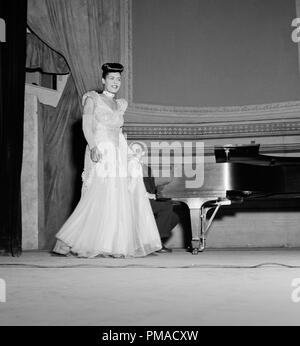 Portrait de Billie Holiday, Carnegie Hall, New York, N.Y., entre 1946 et 1948. Photo par: William P. Gottlieb référence # 32368_494THA Banque D'Images