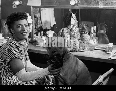 Portrait de Billie Holiday et Mister, Downbeat, New York, N.Y., vers juin 1946. Photo par: William P. Gottlieb référence # 32368_495THA Banque D'Images