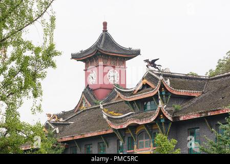 Chengdu, province du Sichuan, Chine - Sept 17, 2017: en haut de la construction et de l'horloge tour de Huaxi Université des Sciences Médicales de la Chine occidentale Banque D'Images