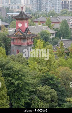 Chengdu, province du Sichuan, Chine - Sept 17, 2017: tour de l'horloge de Huaxi Université des Sciences Médicales de la Chine occidentale vue aérienne Banque D'Images