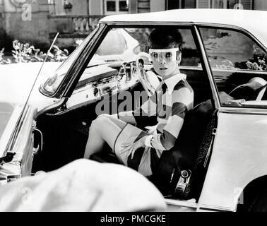 """Audrey Hepburn dans une Mercedes 230 SL pour le film """"deux pour la route' (1966) 20th Century Fox de référence de dossier 33536_944THA pour un usage éditorial uniquement - Tous droits réservés Banque D'Images"""