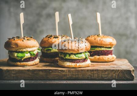 Hamburgers de betterave vegan galettes et pousses vertes à bord Banque D'Images