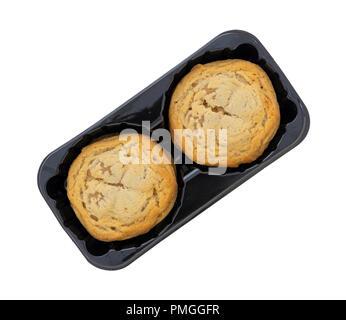 Vue de dessus d'un bac en plastique noir rempli de cookies remplis de beurre biscuits isolé sur un fond blanc. Banque D'Images