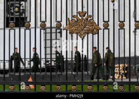 Moscou, Russie - 18 septembre 2018: Un emblème de le Ministère russe de la Défense sur une clôture à l'extérieur d'un bâtiment du Ministère russe de la défense dans la rue Znamenka. Mikhail Térechtchenko/TASS Banque D'Images
