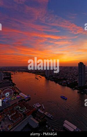 Incroyable Coucher du soleil sur la rivière Chao Praya et Asiatique, Bangkok Banque D'Images
