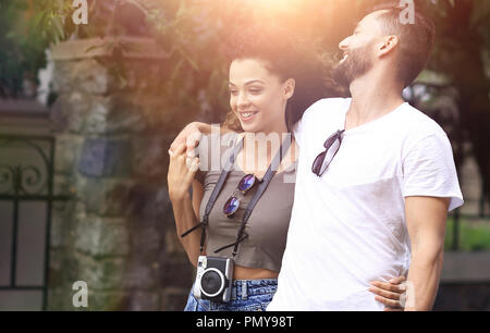 Cheerful young couple walking on urban street Banque D'Images