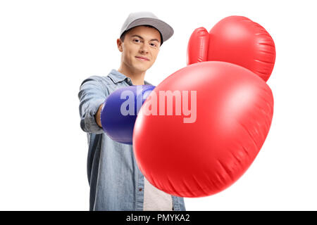 Teenage boy portant une paire de gros gants de boxe isolé sur fond blanc Banque D'Images