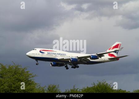 Un Boeing 747-436 de British Airways à l'atterrissage des aéronefs à l'aéroport de Londres Heathrow. Banque D'Images