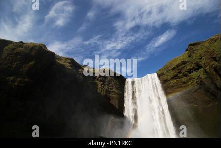 Cascade Cascade avec rainbow circulant sur une montagne en Islande. Cercle d'or. Banque D'Images
