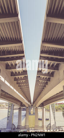 Vue sous le nouveau pont moderne. L'autoroute menant à l'autre côté de la rivière