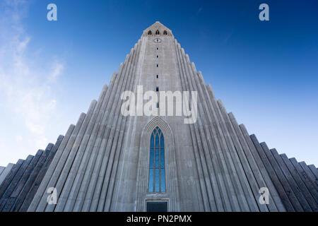 L'architecture moderne d'élévation avant de l'église luthérienne de la cathédrale HallgrImskirkja à Reykjavik, Islande conçu par Gudjon Samuelsson Banque D'Images