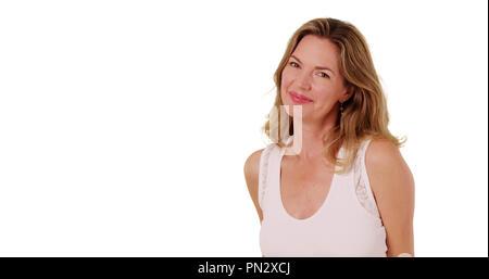 Âge moyen attrayant Caucasian woman smiling et en soufflant des baisers à l'appareil photo Banque D'Images