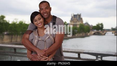 Couple afro-américaine à Paris poser amoureusement près de Seine Banque D'Images