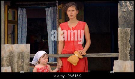 Prod DB © Pervoe - Kinopartnerstvo 2Plan2 / DR EUPHORIE (EYFORIYA) de Ivan Vyrypayev RUS 2006. avec Polina Agureyeva robe rouge, mère et fille Banque D'Images