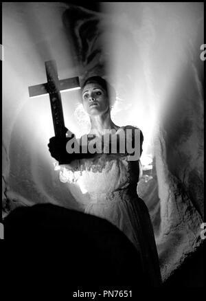 Prod DB © Royal Winnipeg Ball-Vonnie Von Helmolt Film/DR DRACULA: PAGES D'UN JOURNAL VIERGE de Guy Maddin 2001 pouvez avec CindyMarie petit crucifix, protection, vampire Banque D'Images