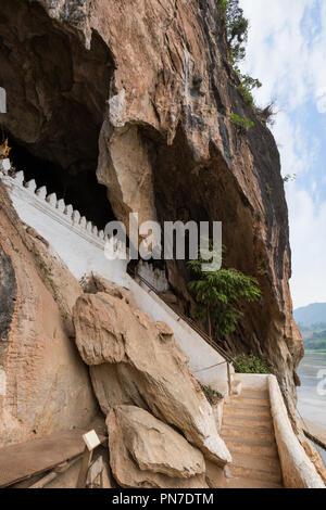 Falaise de calcaire et des escaliers à l'entrée de la grottes de Pak Ou près de Luang Prabang au Laos. Banque D'Images