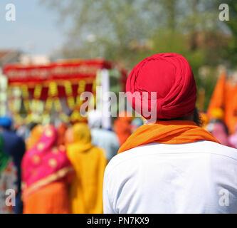 Homme sikh avec turban rouge au cours d'un défilé en plein air Banque D'Images