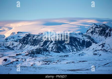 Soleil d'hiver au-dessus de l'Islandais typique de montagnes couvertes de neige dans le paysage dans le sud de l'Islande Banque D'Images