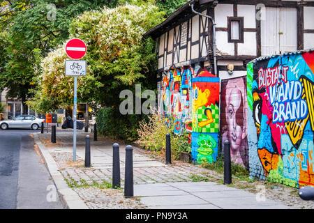 Berlin, Prenzlauer Berg. Monter Freie Internationale Tankstelle, figurant l'ancien poste d'essence mur décoré d'Art Urbain semaine 2018 Banque D'Images