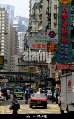Taxi passant sous le signe pour le Beverly Hotel et d'autres, Lockhart Road, Wan Chai, Hong Kong Banque D'Images