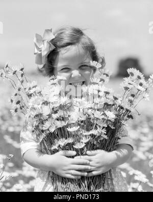 1930 SMILING HAPPY LITTLE GIRL LOOKING AT CAMERA tenant un gros bouquet de marguerites fleurs fraîchement cueillies - f6046 HAR001 HARS COPIE ESPACE NATURE AMITIÉ CONFIANCE demi-longueur B&W EXPRESSIONS SUMMERTIME DAISY CONTACT OCULAIRE BRUNETTE DOUCE EXCITATION JOYEUSE PÂQUERETTES BONHEUR FIERTÉ CHOISI SMILES BOUQUET FRAÎCHEMENT JOYEUX MINEURS CROISSANCE NOIR ET BLANC DE PRINTEMPS DE L'ORIGINE ETHNIQUE CAUCASIENNE HAR001 old fashioned Banque D'Images