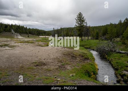 Paysage de prairie dans le Parc National de Yellowstone dispose d''un Hot Spring River sur l'image Banque D'Images