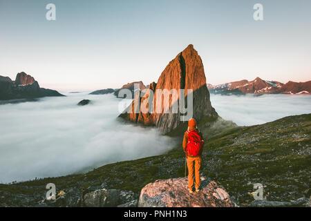 Bénéficiant d'un voyage touristique Segla coucher de paysage de montagne Randonnées plein air aventure en Norvège vacances actives vie explorer Banque D'Images