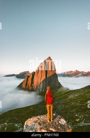Backpacker appréciant Segla sur la montagne voyager en Norvège randonnées voyage aventure de vie de plein air seul vacances actives paysage coucher du soleil Banque D'Images