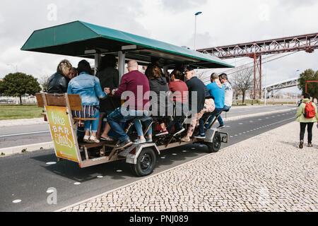 Lisbonne, 01 mai 2018: Animation pour les touristes est un vélo d''un bar. Les gens se tournent les pédales et rendez-vous et en même temps boire de l'alcool et de manger. Banque D'Images