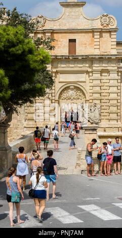 Les touristes qui entre par la porte principale de la vieille ville historique de Mdina sur l'île méditerranéenne de Malte. Banque D'Images