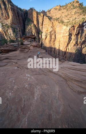 Canyon Overlook trail - fin du sentier a grès glissante pour voir la célèbre vue dans l'Utah Zion National Park Banque D'Images