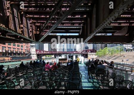 Croisière sur la rivière Chicago sous un pont, le centre-ville de Chicago, IL. Banque D'Images