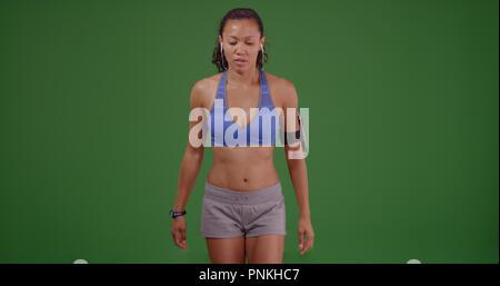 Mettre en place l'athlète femme asiatique se préparer à travailler sur écran vert