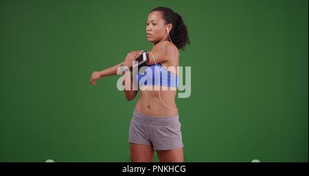 Athlète femme asiatique saine étirements avant d'entraînement sur l'écran vert