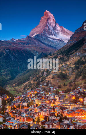 Zermatt. Image du célèbre village de Zermatt, Suisse Cervin avec en arrière-plan pendant le crépuscule. Banque D'Images