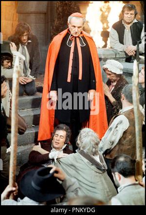Prod DB © Hammer Film Productions / DR LUST POUR UN VAMPIRE de Jimmy Sangster 1971 Go avec Michael Johnson (au sol) et Jack Melford horreur, pretre, curé, 19eme siecle, d'après une histoire de Sheridan Le Fanu autres titres: jeunes vierges pour un vampire (Belgique), l'amour pour un vampire (États-Unis d'bowdlerized titre), d'aimer un vampire (USA PLAT titre) Banque D'Images