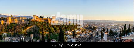 Vue urbaine avec Alhambra au coucher du soleil, ville maure château, palais Nasrides, Palais de Charles Cinquième, Sabikah Hill, Grenade Banque D'Images