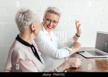Deux businesswoman using laptop in matin. Les gens d'affaires, financiers et les modes de vie Banque D'Images