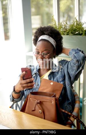 African American Woman avec des cheveux noirs crépus, faisant, selfies smiling at camera Banque D'Images