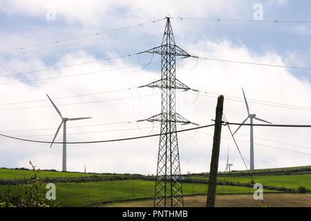 Vue horizontale de trois différents types d'énergie électrique, post, post électrique moderne et éolienne en été paysage verdoyant. Banque D'Images