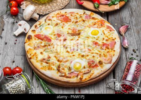 Pizza aux tomates, fromage mozzarella. Delicious pizza italienne Banque D'Images