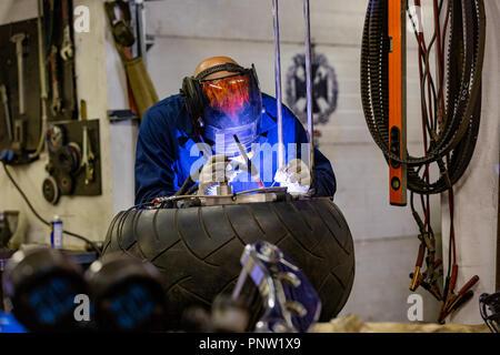 Mécanicien automobile professionnel travaillant en service de réparation automatique sur machine de coupe gaz argon Banque D'Images