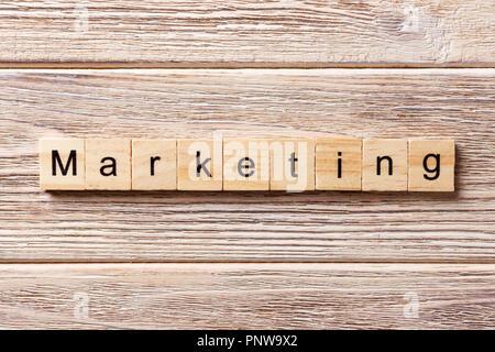 Mot Marketing écrit sur bloc de bois. Texte marketing sur table, concept. Banque D'Images