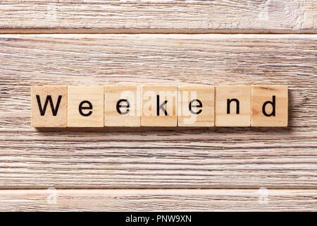 Week-end mot écrit sur une cale en bois. week-end texte sur table, concept. Banque D'Images