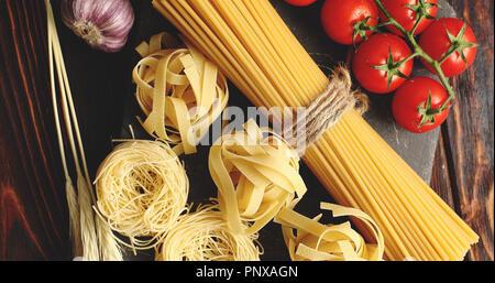 Divers les pâtes et les tomates à l'ail Banque D'Images