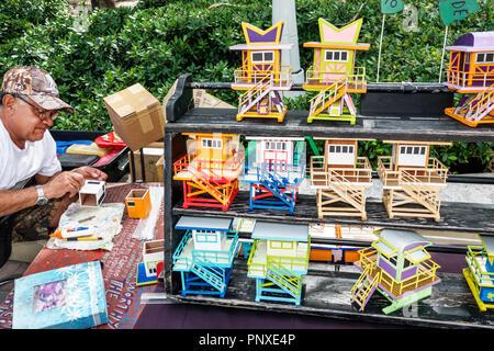 Miami Beach en Floride du vendeur artisanat artiste arts affichage miniature vente stations sauveteur Hispanic man Banque D'Images
