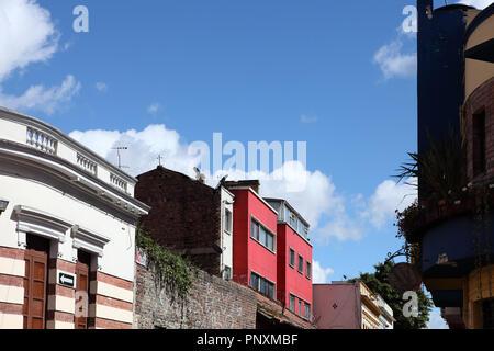 Bogota, Colombie - le 28 mai 2017 jusqu'à: dans le quartier de la vieille ville colorée de La Candelaria dans la capitale des Andes en Amérique du Sud. Banque D'Images