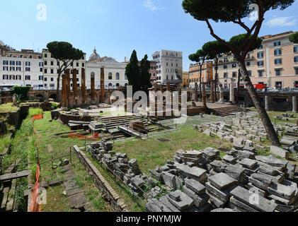 Largo di Torre Argentina est un grand carré à Rome avec de nombreux vestiges romains. Banque D'Images