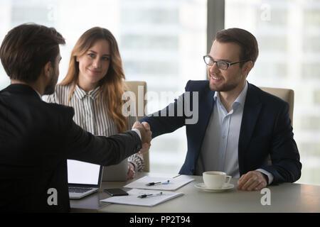 Partenaires d'affaires l'établissement de liaison accueil au meeting in office Banque D'Images