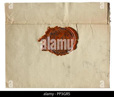 Old vintage jauni enveloppe avec cachet de cire rouge - isolé sur fond blanc Banque D'Images